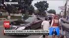 VIDEO: Jokowi Bagi Sembako di Jalanan, Warga Rebutan