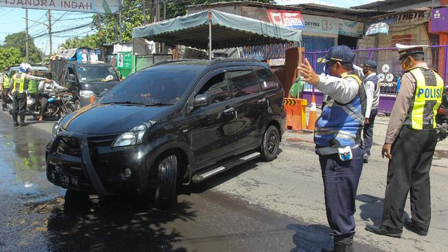 Polisi menyiapkan ratusan titik pos penyekatan yang tersebar di delapan provinsi untuk menahan laju mudik Lebaran yang resmi dilarang.