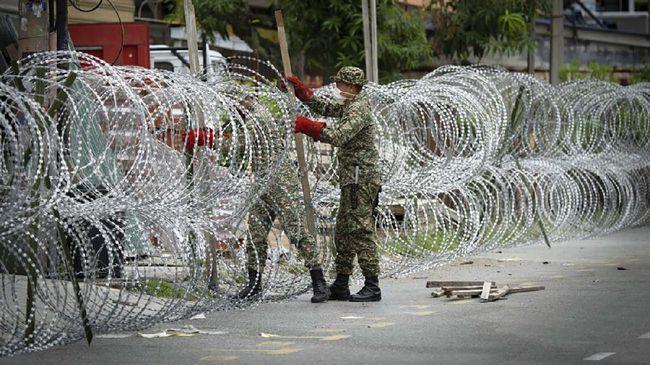 Malaysia kembali menerapkan pembatasan sosial dan lockdown di lima negara bagian akibat lonjakan kasus infeksi virus corona (Covid-19).