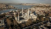 This aerial picture taken on April 19, 2020, shows a general view of the Suleymaniye mosque and the bosphorus in Istanbul, as Turkish government announced a two-day curfew to prevent the spread of the epidemic COVID-19 caused by the novel coronavirus. (Photo by Ozan KOSE / AFP)