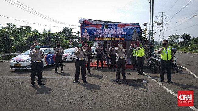 Pos Pengamanan Operasi Ketupat Jaya Tahun 2020 Cegah Covid-19 di Terminal Jatijajar, Depok, Senin (27/4).