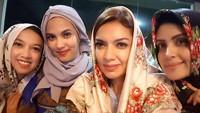 <p>Nasywa Shihab menjadi anak perempuan dalam keluarga Shihab selanjutnya. Nasywa bersama saudara perempuan lainnya mengikuti kajian Abi Quraish Shihab. Tebak mana yang bernma Nasywa? (Foto: Instagram @nasywashihab)</p>