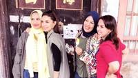 <p>Meskipun liburan kali ini formasi enggak lengkap, Najeela, Najwa, dan Nasywa mengajak ibunda mereka jalan-jalan nih. Kompak bangetdan<em>sister's goal</em> banget. (Foto: Instagram @nahlashihab) </p>