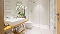 <p>Jika kamar mandi ukurannya cukup luas, bisa tambahkan sekat kaca antara tempat mandi dan toilet. Jadi, kamar mandi terasa lebih nyaman. (Foto: Getty Images/iStockphoto/rilueda)</p>
