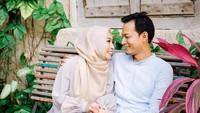 <p>Romantis banget bersama istri tanpa hasan. Ternyata ini saat mereka merayakan ulang tahun pernikahan. <em>He-he-he.</em> Semoga langgeng Fedi dan Vanny. (Foto: Instagram @fedinuril) </p>