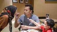 <p>Sejak menikah dengan Vanny di tahun 2016 silam, Fedi Nuril nampak berbahagia dengan keluarga kecilnya. Sering menghabiskan waktu bersama, Fedi pun mencoba romantis dengan menyuapi istrinya. (Foto: Instagram @fedinuril)</p>