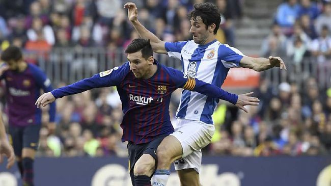 Barcelona's Argentinian forward Lionel Messi (L) challenges Espanyol's Spanish midfielder Esteban Granero during the Spanish league football match between FC Barcelona and RCD Espanyol at the Camp Nou stadium in Barcelona on March 30, 2019. (Photo by LLUIS GENE / AFP)