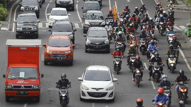 Sejumlah kendaraan melintas di jalan Raya Darmo, Surabaya, Jawa Timur, Selasa (28/4/2020). Pemerintah telah resmi memberlakukan Pembatasan Sosial Berskala Besar (PSBB) di Kota Surabaya dan sebagian wilayah di Kabupaten Sidoarjo dan Gresik pada 28 April 2020 sebagai upaya pencegahan penyebaran COVID-19. ANTARA FOTO/Moch Asim/hp.