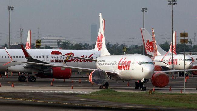 Sejumlah pesawat terparkir di Bandara Soekarno Hatta, Tangerang, Banten, Jumat (24/4/2020). Pemerintah melalui Kementerian Perhubungan menghentikan sementara aktifitas penerbangan komersil terjadwal baik dalam dan luar negeri terhitung mulai 24 April hingga 1 Juni 2020. Hal tersebut merupakan bagian dari pengendalian transportasi selama masa mudik Lebaran 1441 H untuk mencegah penyebaran COVID-19. ANTARA FOTO/Muhammad Iqbal/pras.