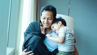 <p>Fedi nampak bahagia memeluk Vanny dan Hasan nih. Duh, <em>so sweet</em> banget ya. (Foto: Instagram @fedinuril)</p>