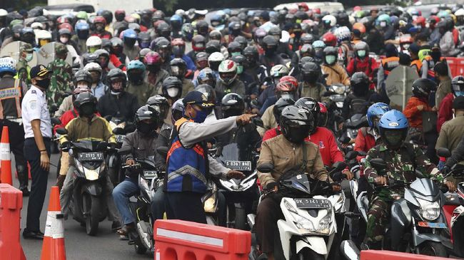Petugas memeriksa dokumen kependudukan warga yang akan masuk ke Surabaya di Bundaran Waru, Surabaya, Jawa Timur, Selasa (28/4/2020). Petugas gabungan memperketat akses masuk ke Surabaya dengan melakukan screening atau pemeriksaan kepada warga di hari pertama pelaksanaan Pembatasan Sosial Berskala Besar (PSBB) di Surabaya. ANTARA FOTO/Didik  Suhartono/foc.