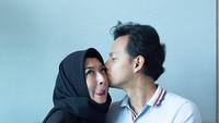 <p>Sering bersikap romantis pada istri, Fedi mencoba meniru salah satu sikap Rasulullah SAW yang bersikap lemah lembut dan merayu istrinya. (Foto: Instagram @fedinuril)</p>