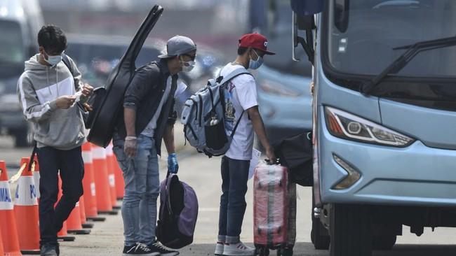 Warga Negara Indonesia (WNI) yang menjadi anak buah kapal Kapal Pesiar MV Dream Explorer menaiki bus setibanya di Pelabuhan JICT, Tanjung Priok, Jakarta, Rabu (29/4/2020). Sebelum dibawa menuju hotel untuk menjalani isolasi mandiri, 359 WNI tersebut terlebih dahulu menjalani rapid test. ANTARA FOTO/Nova Wahyudi/aww.