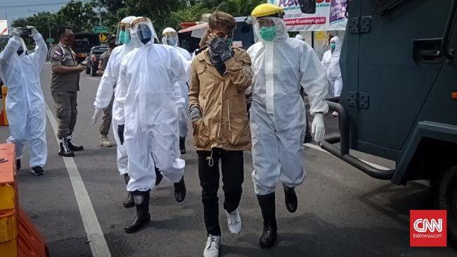 Seorang pemudik diamankan polisi saat melintas di Surabaya, Rabu (29/4) karena bersuhu badan tinggi dan membawa surat keterangan RS sebagai ODP.
