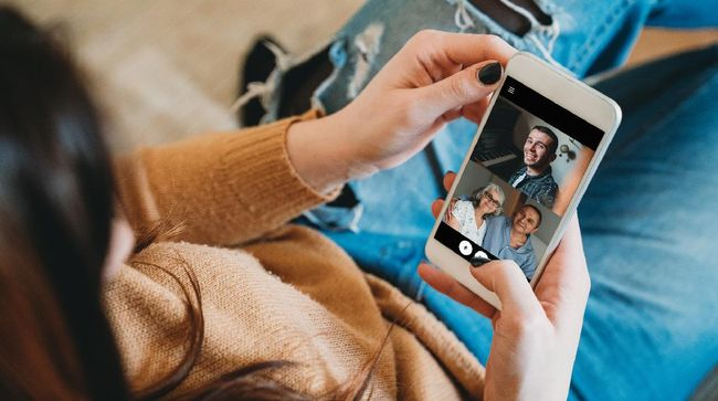 Praktisi mindfulness Adjie Santosoputro menjelaskan bahwa pertemuan secara virtual tidak bisa benar-benar memulihkan rasa kesepian secara utuh.