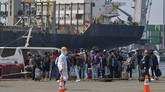 Warga Negara Indonesia (WNI) yang menjadi anak buah kapal Kapal Pesiar MV Dream Explorer tiba di Pelabuhan JICT, Tanjung Priok, Jakarta, Rabu (29/4/2020). Sebelum dibawa menuju hotel untuk menjalani isolasi mandiri, 359 WNI tersebut terlebih dahulu menjalani rapid test. ANTARA FOTO/Nova Wahyudi