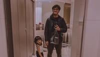 Daddy's girl! Si sulung Mikaila Akyza Pratama atau akrab disapa Kia enggak mau kalah dari sang ayah bergaya di depan kamera. (Foto: Instagram @rickyharun)