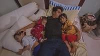 <div>Kedekatan Ricky Harun terlihat saat mendampingi ketiga buah hatinya tidur. Sweet banget ya, Bun? (Foto: Instagram @rickyharun)</div>