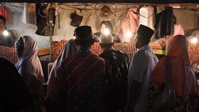 Para peziarah dari berbagai daerah memadati kompleks makam Sultan Hasanuddin di Banten Lama, Banten. Mereka banyak yang mengabaikan protokol kesehatan.