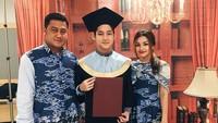 <p>Setelah bercerai dari ibu Teuku Rassya, Tamara Bleszynski, Teuku Rafly Pasya menikah lagi dengan Nurah Syahfirah. Sebagai ibu sambung, Nurah dekat banget dengan Rassya, Bun. (Foto: Instagram @teukurassya)</p>