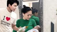 """<p>Tak berhenti situ, Tata kemudian memamerkan foto sedang menggendong anak, dengan Hyun Bin memagang dot susu di sampingnya. Tulisan di baju Hyun Bin bikin ngakak nih. """"I love Haluningsih My Baby Girl."""" <em>Ha-ha-ha</em>. (Foto: Instagram @tatajaneetaofficial)</p>"""