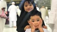 <p>Tuh kan, Kak Maryam sayang banget sama adik bungsunya, Ibrahim. (Foto: Instagram @maryam_nusaibah_abdullah)</p>