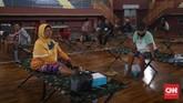Puluhan penyandang masalah kesejahteraan sosial (PMKS) ditampung di GOR Ciracas, Jakarta, Kamis, 30 April 2020. Mereka mendapat jatah makan dua kali sehari. CNNIndonesia/Safir Makki
