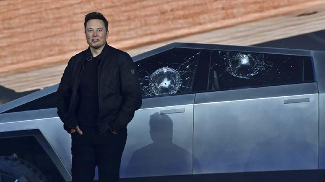 Tesla co-founder and CEO Elon Musk stands in front of the shattered windows of the newly unveiled all-electric battery-powered Tesla's Cybertruck at Tesla Design Center in Hawthorne, California on November 21, 2019. (Photo by FREDERIC J. BROWN / AFP)