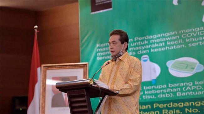 Menteri Perdagangan Agus Suparmanto serahkan bantuan APD untuk penanganan Covid-19 di Jakarta, Rabu (29/4)