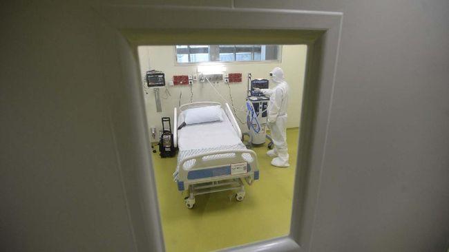 Petugas medis menyiapkan fasilitas baru untuk pasien anak yang terinfeksi virus corona (COVID-19) di RSUPN Dr Cipto Mangunkusumo, Jakarta, Kamis (30/4/2020). Kapasitas ruangan untuk penanganan pasien corona RS tersebut bertambah dari sebelumnya dilakukan di tiga lantai Gedung Kiara (lantai 1, 2, dan 6) menjadi empat lantai dengan tambahan di lantai 4. ANTARA FOTO/Aditya Pradana Putra/nz.