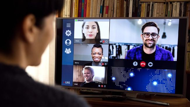 Seorang anggota parlemen Kanada, Will Amos, tepergok tanpa busana karena tak menyadari kameranya menyala saat rapat virtual parlemen pada Rabu (14/4).