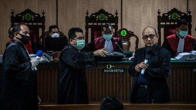 Penyidik KPK Novel Baswedan (kedua kanan) selaku korban berbincang dengan Jaksa Penuntut Umum dalam sidang lanjutan kasus penyiraman air keras terhadap dirinya dengan terdakwa Ronny Bugis dan Rahmat Kadir Mahulette di Pengadilan Negeri Jakarta Utara, Jakarta, Kamis (30/4/2020). Sidang tersebut beragenda mendengarkan keterangan saksi. ANTARA FOTO/Aprillio Akbar/nz