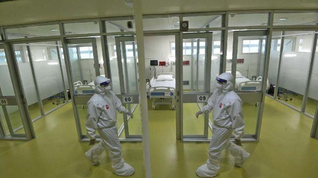 Petugas medis berjalan melewati fasilitas baru untuk pasien anak yang terinfeksi virus corona (COVID-19) di RSUPN Dr Cipto Mangunkusumo, Jakarta, Kamis (30/4/2020). Kapasitas ruangan untuk penanganan pasien Corona RS tersebut bertambah dari sebelumnya dilakukan di tiga lantai Gedung Kiara (lantai 1, 2, dan 6) menjadi empat lantai dengan tambahan di lantai 4. ANTARA FOTO/Aditya Pradana Putra/nz
