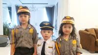 <p>Gaya ketiga anak Oki memang selalu kompak dan menggemaskan. Kali mereka pakai seragam polisi dan pilot. (Foto: Instagram @khadeejah_faatimah_abdullah)</p>