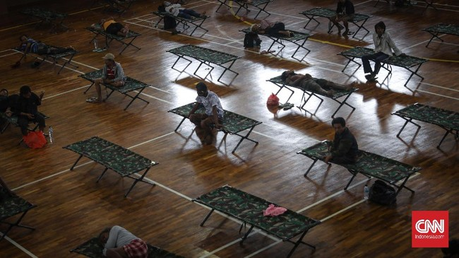 Puluhan penyandang masalah kesejahteraan sosial (PMKS) ditampung di GOR Ciracas, Jakarta, Kamis, 30 April 2020. PMKS dan tunawisma yang tidak memiliki keluarga di Jakarta diusulkan untuk ditampung ke panti sosial. CNNIndonesia/Safir Makki