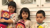 <p>Ketiga anak Oki bernama Maryam Nusaibah Abdullah (5), Khadeejah Faatimah Abdullah (4), dan si bungsu Ibrahim Muhammad Abdullah (2). (Foto: Instagram @khadeejah_faatimah_abdullah)</p>