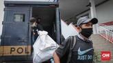 Penyandang masalah kesejahteraan sosial (PMKS) hasil razia ditampung di GOR Ciracas, Jakarta, Kamis, 30 April 2020. Pemerintah Provinsi DKI Jakarta menggalakkan penertiban PMKS yang berkeliaran saat penerapan pembatasan sosial berskala besar (PSBB) untuk mencegah penyebaran Covid-19. CNNIndonesia/Safir Makki