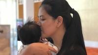 <p>Sejak Sedah Mirah lahir, Kahiyang memang tidak langsung membagikan foto sang anak, Bun. (Foto: Instagram @ayanggkahiyang)</p>