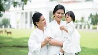 <p>Mengenakan baju putih, Sedah Mirah kompak banget berpose bareng ibu dan neneknya. (Foto: Instagram @ayanggkahiyang)</p>