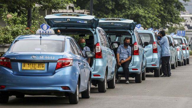 Sejumlah pengemudi taksi menunggu penumpang di Jalan Jenderal Sudirman, Jakarta, Jumat (1/5/2020). Di tengah penerapan Pembatasan Sosial Berskala Besar (PSBB) akibat pandemi COVID-19, para pengemudi taksi itu mengaku sulit mencari penumpang. ANTARA FOTO/Rivan Awal Lingga/pras.