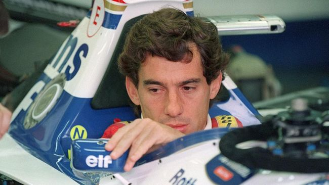 Brazilian F1 driver Ayrton Senna adjusts his rear view mirror in the pits 01 May 1994 before the start of the San Marino Grand Prix. Senna died after crashing in the seventh lap. (Photo by JEAN-LOUP GAUTREAU / AFP)