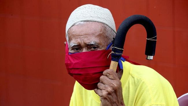 Warga penghuni panti jompo Rumoh Seujahtra Geunaseh Sayang menggunakan masker yang didistribusikan oleh pemerintah di Banda Aceh, Aceh, Jumat (1/5/2020). Berbagai upaya dilakukan oleh pemerintah untuk menanggulangi dan mencegah penyebaran virus Corona (COVID-19) kepada semua tingkatan umur termasuk kepada para warga lanjut usia. ANTARA FOTO/Irwansyah Putra/wsj.
