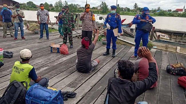 Belasan tenaga kerja Indonesia (TKI) ditelantarkan di Hutan Bakau oleh kapal yang mengangkutnya dari Malaysia, Jumat (1/5).