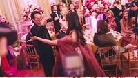<p>Sementara itu Jane Li juga tak mengunggah foto hangatnya dengan sang ayah, Jet Li. Dalam foto ini, ia terlihat memeluk sang ayah. (Foto: Instagram)</p>