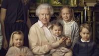 """<p><em>Yeay! Happy birthday, </em>Princess Charlotte. <em>Cute</em> banget <em>baby</em> Charlotte dipangku Ratu Elizabeth II. """"<em>She really looks like queen,</em>"""" begitu komentar netizen di posting-an akun resmi Kerajaan Inggris ini. (Foto: Instagram @theroyalfamily)</p>"""