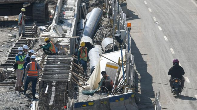 Pekerja menyelesaikan proyek pembangunan underpass Senen Extension di kawasan Senen, Jakarta, Minggu (3/5/2020). Meski dalam  penerapan Pembatasan Sosial Berskala Besar (PSBB) akibat pandemi COVID-19, proyek yang menelan anggaran mencapai Rp121,1 miliar dan ditargetkan selesai pada Desember 2020 dah diharapkan dapat mengurai kemacetan di kawasan tersebut. ANTARA FOTO/M Risyal Hidayat/aww.