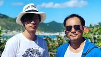 <p>Dipo Latief liburan bersama Adiro. Anak laki-laki Dipo Latief ini tumbuh jadi anak yang ganteng ya, Bun. (Foto: Instagram @dipoditiro)</p>