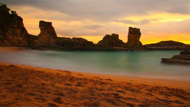 Pantai Klayar di Pacitan, Jawa Timur, memiliki keunikan berupa seruling laut serta batu karang mirip Patung Sphinx di Mesir.