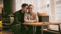 """<p>Apalagi sejak Donna dinyatakan positif COVID-19 pada Januari lalu. Pria kelahiran Switzerland ini makin sering memposting foto kebersamaan mereka dengan caption manis.""""<em>Jika kamu rindu, apalagi aku. Jika cintamu padaku adalah sebuah kepastian, maka cintaku padamu tak perlu lagi dipertanyakan. Sebentar lagi sayang, kamu bisa peluk aku selama yang kamu mau. Aku milikmu,</em>"""" tuturnya. (Foto: Instagram @dagnesia)</p>"""