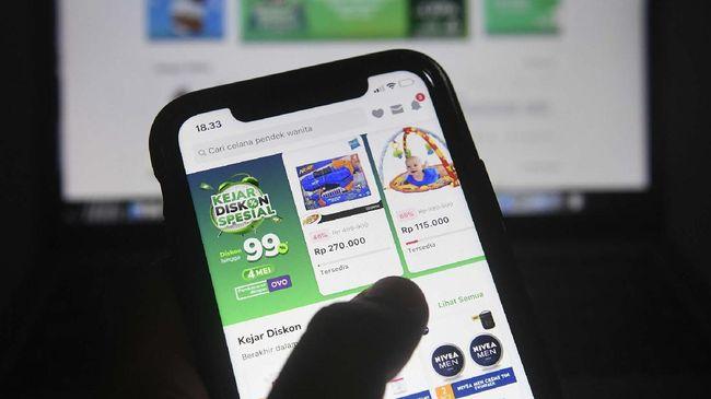 Pengguna Tokopedia bertransaksi melalui gawai di Jakarta, Senin (4/5/2020). Kementerian Komunikasi dan Informatika bersama BSSN dan Tokopedia akan melakukan evaluasi, penyelidikan, dan mitigasi teknis terhadap upaya peretasan data pengguna sebanyak 91 juta akun dan 7 juta akun merchant, serta akan terus memastikan ekonomi digital khususnya e-commerce tetap berjalan dengan baik dan lancar tanpa diganggu peretas data. ANTARA FOTO/Puspa Perwitasari/pras.